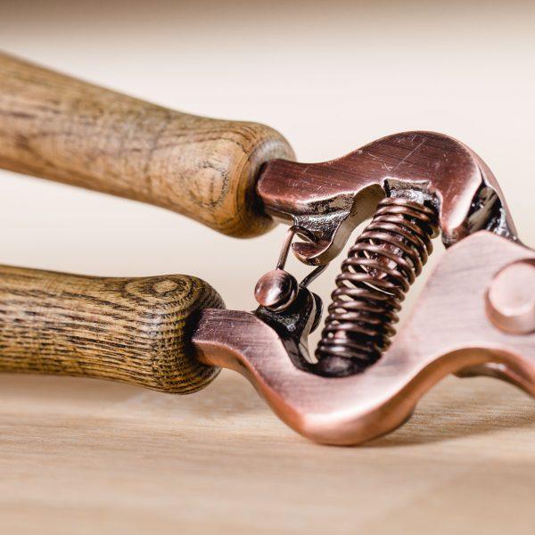 Gartenschere Kupfer, Detail Mechanik :: Foto © Helmut Bolesch